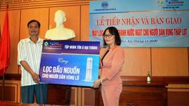 Tân Á Đại Thành hỗ trợ lọc nước sinh hoạt cho người dân vùng lũ