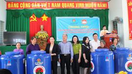 Bến Tre: Trao 2.000 bồn chứa nước cho người dân vùng hạn mặn