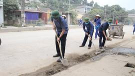 Bí thư huyện Yên Bình cùng gần 400 cán bộ, người dân dọn vệ sinh môi trường