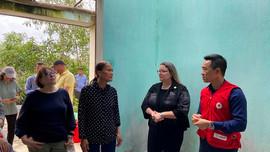 Tổng Lãnh sự Mỹ thăm miền Trung, động viên người dân vùng lũ