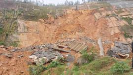 Cận cảnh sạt lở đất nghiêm trọng, chia cắt tuyến đường ven biển ở Thừa Thiên Huế