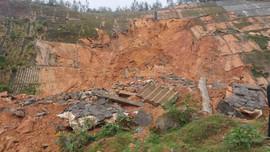 Thừa Thiên Huế: Khắc phục sạt lở đất nghiêm trọng trên tuyến đường ven biển