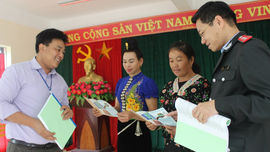 Sơn La: Bàn giao tài liệu tuyên truyền về môi trường, khoáng sản, tài nguyên nước tại huyện Sông Mã