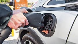 Nhật Bản lên kế hoạch loại bỏ ô tô chạy bằng xăng mới để giảm phát thải