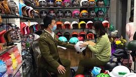 """Tạm giữ hàng chục mũ bảo hiểm có dấu hiệu giả mạo nhãn hiệu """"NÓN SƠN và hình"""""""