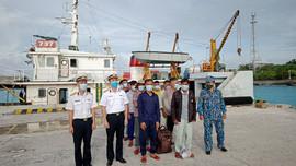 Tàu 737 bàn giao 14 ngư dân bị nạn trên biển cho đảo Song Tử Tây