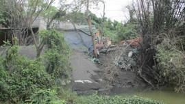 Bình Định: Bột thải kim loại nhuộm đen dòng sông Cầu Chùa