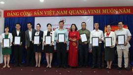 Đà Nẵng: Trao học bổng 100 triệu đồng cho học sinh vượt khó hiếu học