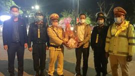 """Lãnh đạo tỉnh Thừa Thiên Thuế thăm, chúc Tết công nhân môi trường đô thị đang """"trực chiến"""" Tết"""