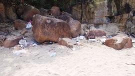 Gềnh đá Nam Ô (Đà Nẵng) ô nhiễm vì rác thải
