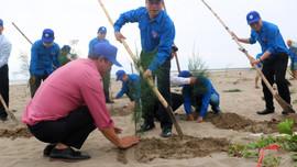 Thanh niên Liên đoàn Địa chất và Khoáng sản Biển trồng cây vì Việt Nam xanh