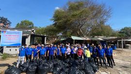 Thanh niên Sở TN&MT Bà Rịa - Vũng Tàu ra quân làm sạch bờ biển