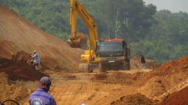 """Bình Định: Đoàn xe chở đất trên tuyến đường sắt qua huyện Phù Mỹ """"mọc"""" ra từ đâu?"""