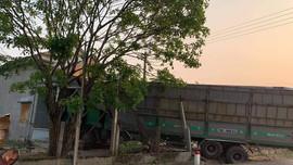 Quảng Ngãi: Xe chở gỗ dăm lao thẳng vào nhà dân bên đường