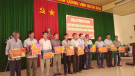 Nguyên Chủ tịch nước Trương Tấn Sang thăm tặng quà cho ngư dân thị xã Hoài Nhơn, tỉnh Bình Định