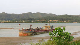 Hà Tĩnh: Bắt giữ hai sà lan hút cát trái phép trên sông Lam