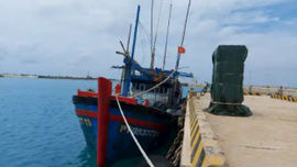Bộ đội Trường Sa kịp thời sửa chữa sự cố máy tàu cá Phú Yên