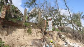 """Quảng Nam: Biển """"ngoạm bờ"""", hàng chục nhà dân chênh vênh bên mép nước"""
