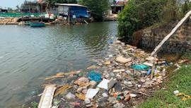"""Rác thải """"bức tử"""" môi trường cảng cá Sa Kỳ (Quảng Ngãi)"""