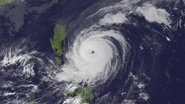 Surigae không còn là siêu bão nhưng vẫn mạnh cấp 4