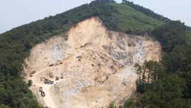 Hà Tĩnh: Sạt lở đất rừng vùi lấp mỏ đá Hùng Bình
