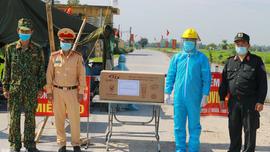 Công ty Điện lực Hà Nam tặng 20 bộ đèn sạc cho các chốt kiểm soát dịch bệnh ở khu vực cách ly