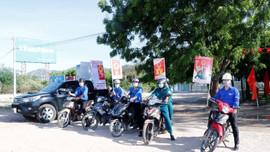 Đoàn viên Công ty Nhiệt điện Vĩnh Tân tuyên truyền bầu cử HĐND các cấp