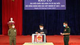 Bộ trưởng, Chủ nhiệm Ủy ban Dân tộc Hầu A Lềnh bỏ phiếu bầu cử đầu tiên tại thị xã Sa Pa