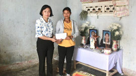 Ủy ban Dân tộc trao tiền trợ gia đình nạn nhân vụ sập tường gạch ở Đắk Lắk