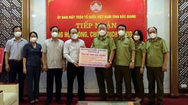 Tổng Cục QLTT trực tiếp trao nhu yếu phẩm, vật tư y tế đến tâm dịch Bắc Giang