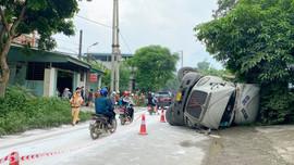 Lào Cai: Kịp thời xử lý sự cố lật xe bồn chở hoá chất