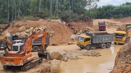 Bình Định: Xe chở đất náo loạn đường quê Cát Khánh trong mùa dịch COVID-19