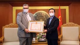 """Bộ trưởng Trần Hồng Hà trao Kỷ niệm chương """"Vì sự nghiệp Tài nguyên và Môi trường"""" cho Đại sứ Phần Lan tại Việt Nam"""
