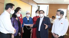 Đại biểu trao đổi các giải pháp thực hiện kế hoạch phát triển KTXH bên hành lang Quốc hội