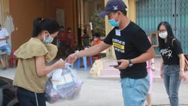 Đi chợ giúp người dân trong khu phong tỏa ở Đà Nẵng