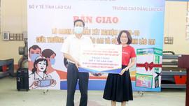 Lào Cai: Bàn giao 13 buồng lấy mẫu xét nghiệm và 10.000 test nhanh SARS- CoV- 2 cho các đơn vị phòng, chống dịch