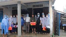 Giáo phận Huế thăm, tặng quà người dân bị tốc mái do bão số 5