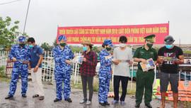 Cảnh sát biển tuyên truyền pháp luật và tặng quà hỗ trợ nhân dân huyện đảo Cát Hải phòng, chống dịch