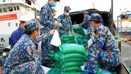 Quân chủng Hải quân hỗ trợ TP.HCM 135 tấn gạo và 25 tỷ đồng chống dịch Covid-19