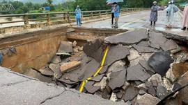 Bình Định: Mưa lớn gây sập cầu tại huyện Vân Canh