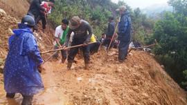 Người dân Quảng Nam hối hả dọn dẹp, hợp sức mở đường sau lũ