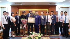 Trao kỷ niệm chương Vì sự nghiệp TN&MT cho Giám đốc quốc gia Ngân hàng thế giới tại Việt Nam