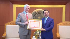 Trao Kỷ niệm chương Vì sự nghiệp TN&MT cho Giám đốc ADB tại Việt Nam