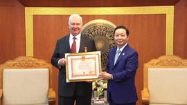 """Trao Kỷ niệm chương """"Vì sự nghiệp TN&MT""""  cho Đại sứ đặc mệnh toàn quyền Liên bang Nga tại Việt Nam"""