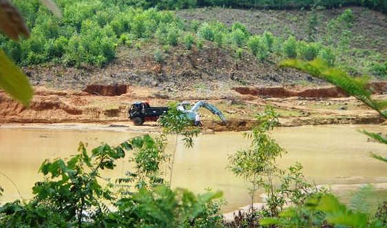 """Bình Định:  """"Núp bóng"""" nạo vét lòng hồ để khai thác đất"""