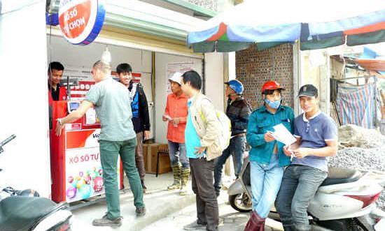 Người Hà Nội thích thú đi mua xổ số Vietlott