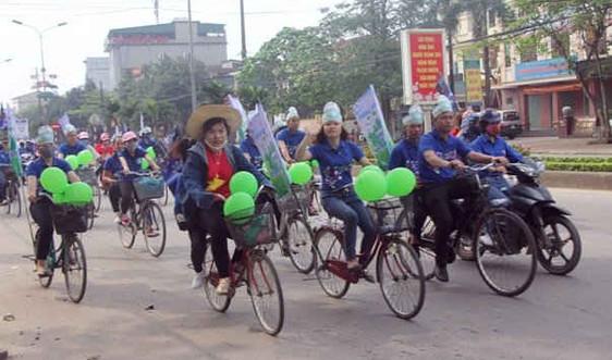 Sinh viên Hà Tĩnh đạp xe hưởng ứng Giờ trái đất