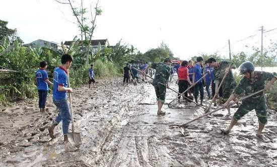 Quảng Ngãi: Gần 100 đoàn viên giúp dân vùng lũ vượt khó