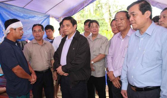 Trưởng Ban Tổ chức Trung ương Phạm Minh Chính thăm hỏi người dân bị thiệt hại do mưa lũ ở huyện Bắc Trà My