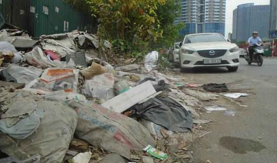 """Cầu Giấy - Hà Nội: Đường phố """"ngập chìm"""" trong rác thải"""